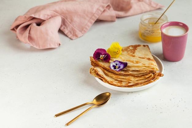 Deliciosos crepes em pratos, canecas de café. conceito de pequeno-almoço, sobremesa, receita, cozinha francesa, maslenitsa.