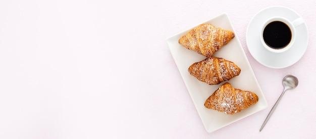 Deliciosos croissants com café e colher