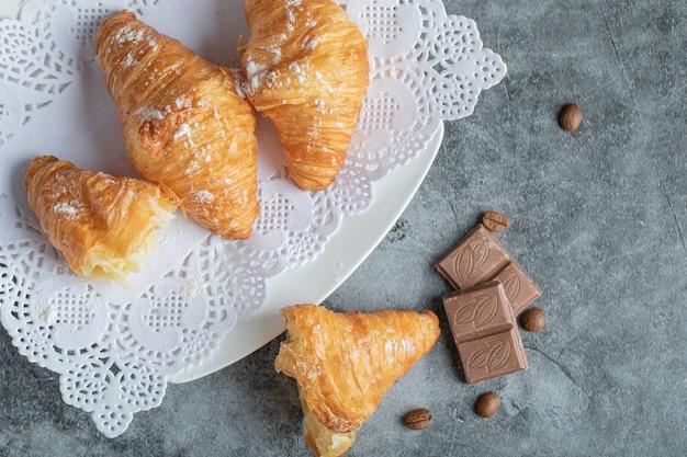 Deliciosos croissants com chocolate em cinza.