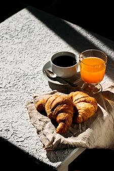 Deliciosos croissants franceses frescos com uma xícara de café