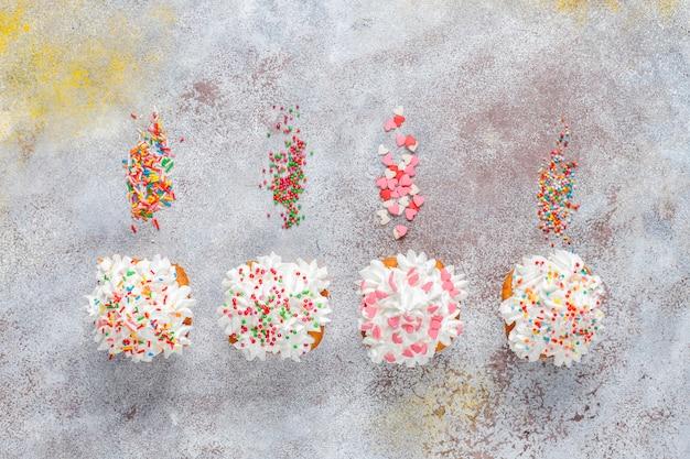 Deliciosos cupcakes caseiros com vários confeitos