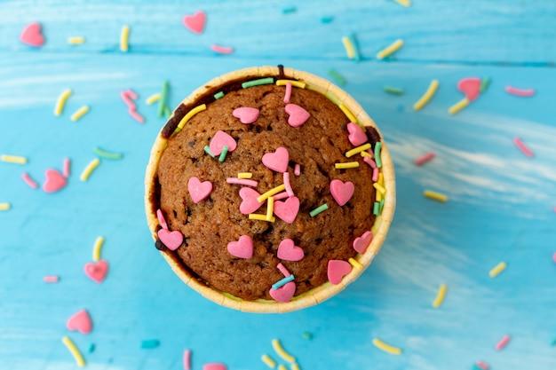 Deliciosos cupcakes com confeitaria em forma de coração