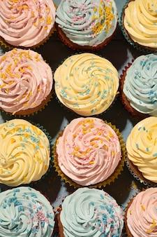Deliciosos cupcakes com esmalte vista superior