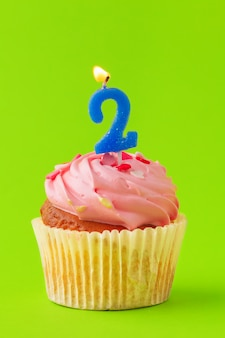 Deliciosos cupcakes com velas em um fundo colorido. fundo festivo, aniversário