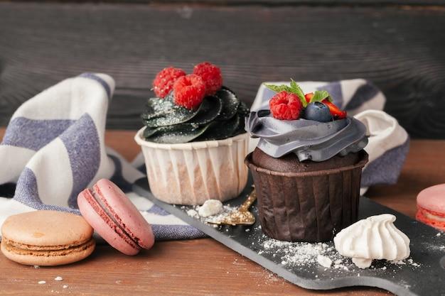 Deliciosos cupcakes de framboesa e caramelo no escuro