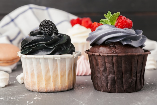 Deliciosos cupcakes de framboesa em fundo escuro - sobremesa doce artesanal