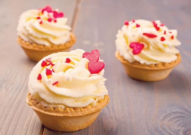 Deliciosos cupcakes para dia dos namorados no fundo de madeira