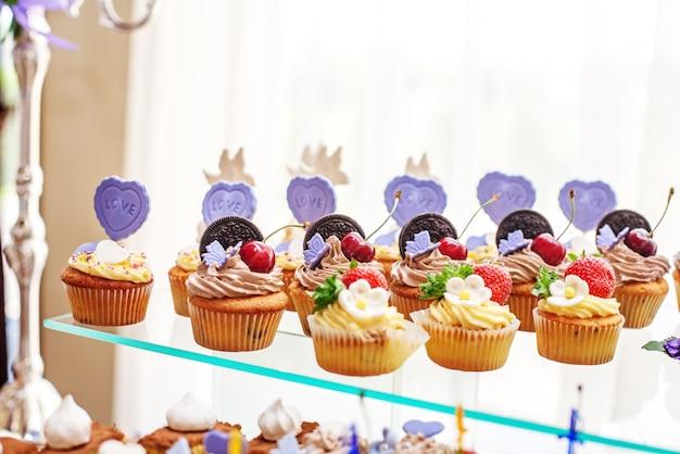 Deliciosos doces e bolos. o conceito de comida, festa