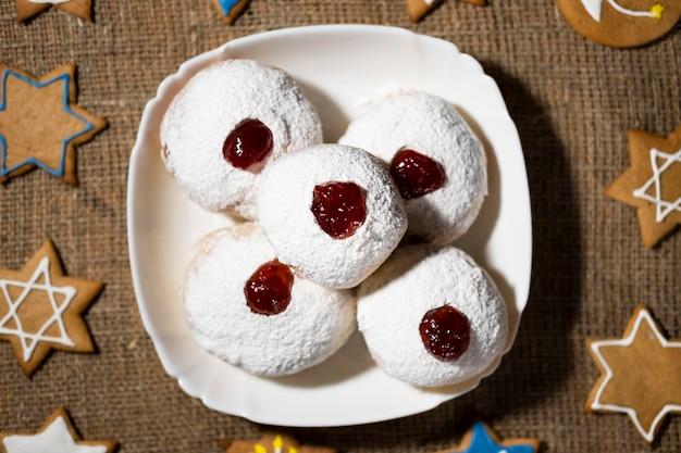 Deliciosos donuts com geléia de cima