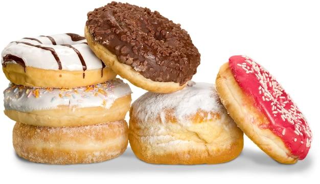 Deliciosos donuts glaceados isolados no fundo branco