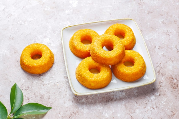 Deliciosos donuts simples, vista de cima