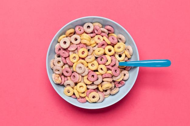 Deliciosos e nutritivos frutas cereais loops vista superior