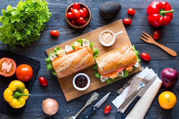 Deliciosos e saborosos sanduíches com tomate presunto queijo de peru