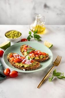 Deliciosos e saudáveis sanduíches de abacate com tomate e salsa