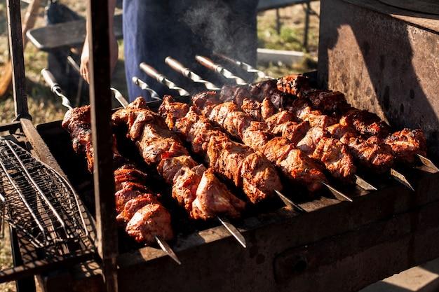 Deliciosos espetos de carne na grelha