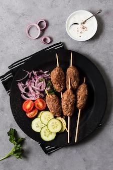 Deliciosos espetos e vegetais fast-food árabes