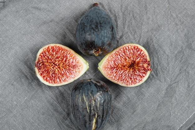 Deliciosos figos maduros em uma toalha de mesa cinza