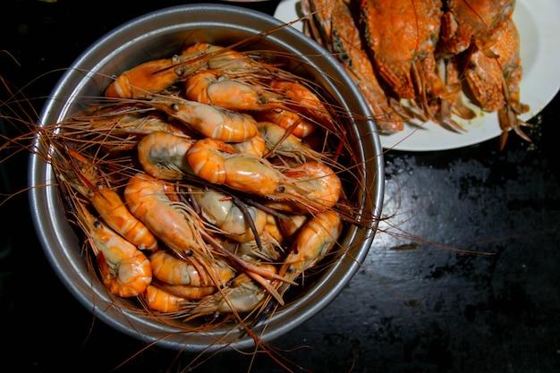 Deliciosos frutos do mar de camarão grelhados na mesa