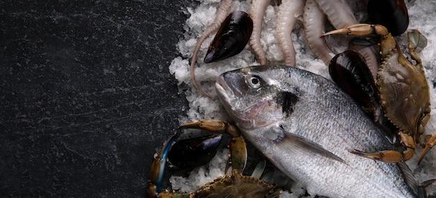 Deliciosos frutos do mar frescos servidos em mesa de mármore, vista de cima, maquete panorâmica