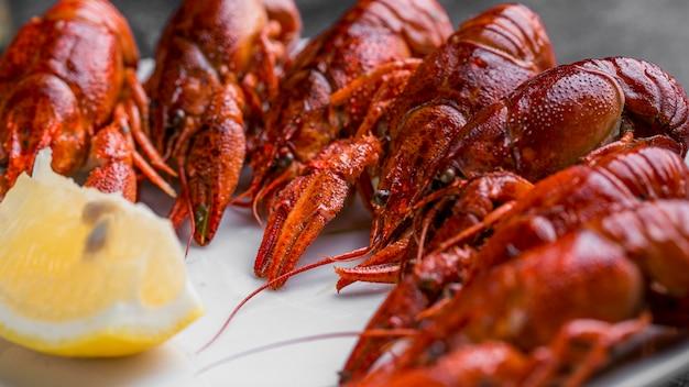 Deliciosos frutos do mar, lagostas e limão