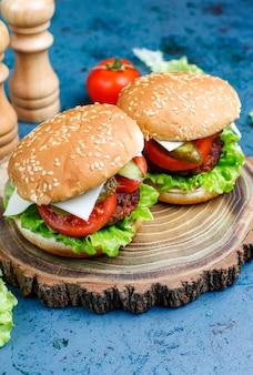 Deliciosos hambúrgueres caseiros frescos na mesa