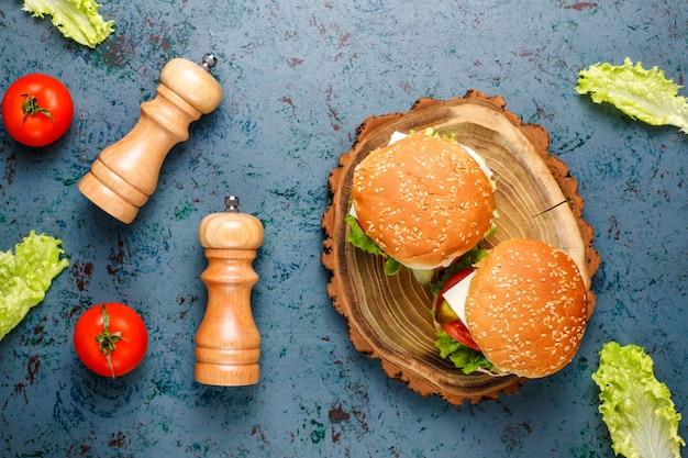 Deliciosos hambúrgueres caseiros frescos