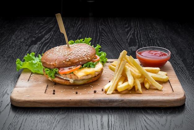 Deliciosos hambúrgueres com carne, tomate