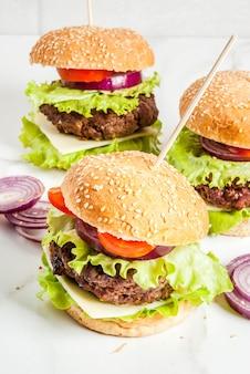 Deliciosos hambúrgueres de carne e queijo