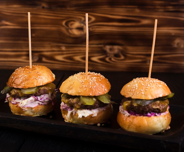 Deliciosos hambúrgueres de carne prontos para serem servidos