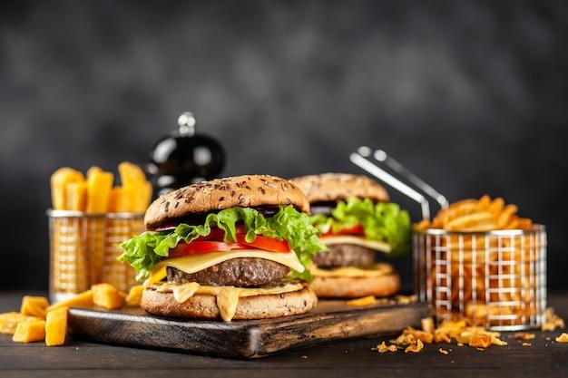 Deliciosos hambúrgueres grelhados