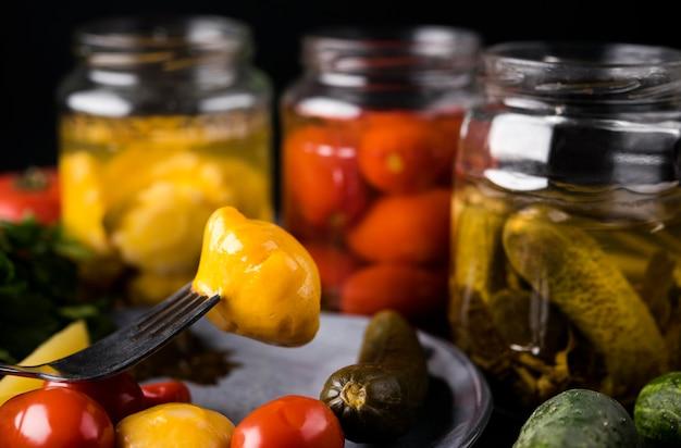 Deliciosos legumes em conserva em frascos