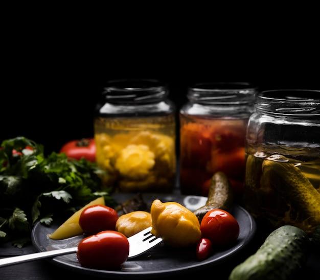 Deliciosos legumes em conserva no prato