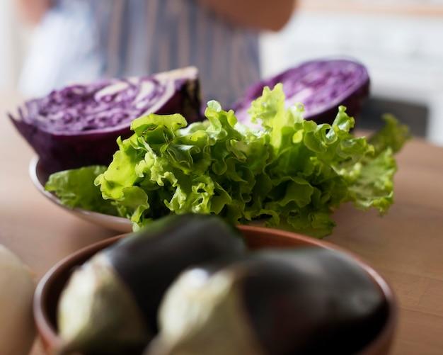 Deliciosos legumes frescos em tigelas