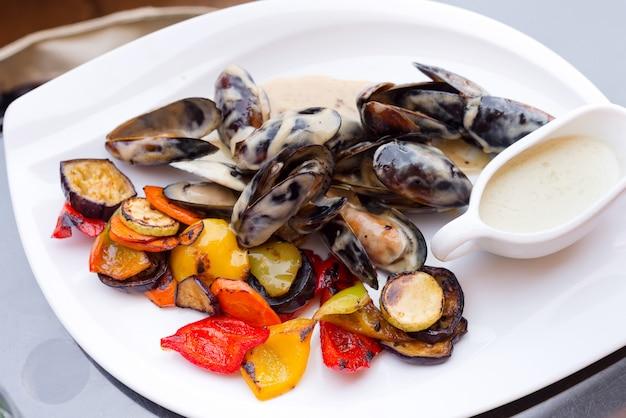Deliciosos mexilhões frescos recém cozidos com molho