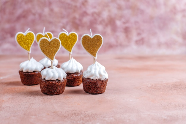 Deliciosos mini cupcakes de chocolate no dia dos namorados.