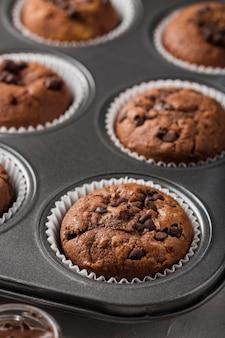 Deliciosos muffins assados em uma bandeja Foto Premium