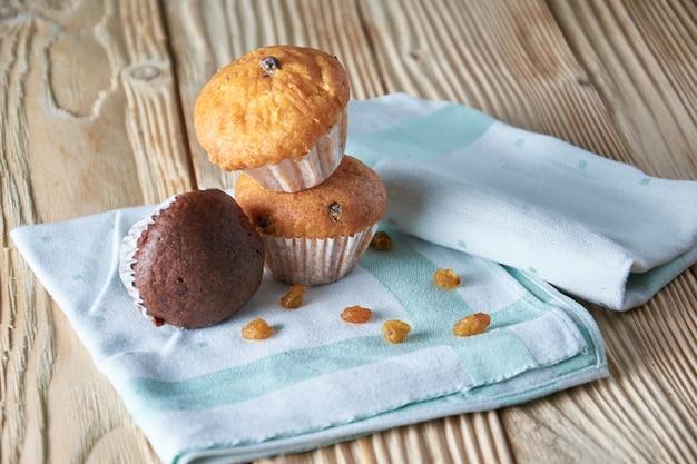 Deliciosos muffins de cenoura caseiros frescos com frutas secas e nozes