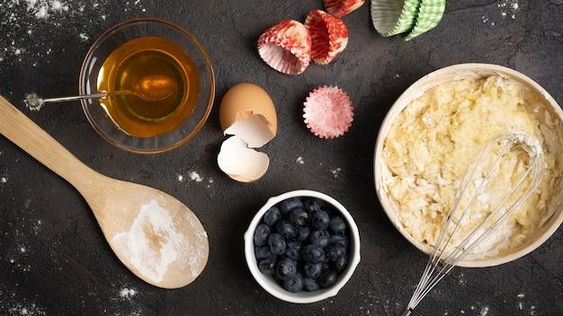 Deliciosos muffins de frutas e ingredientes de farinha