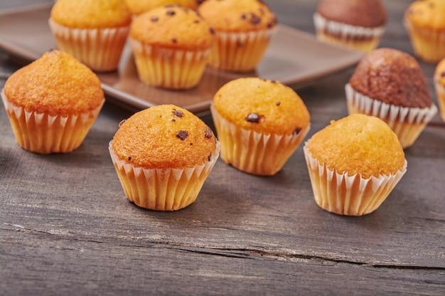 Deliciosos muffins de sabor de chocolate mini no café da manhã