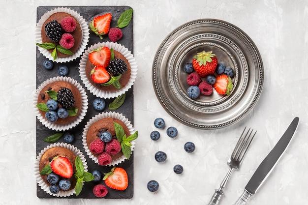 Deliciosos muffins e frutas da floresta