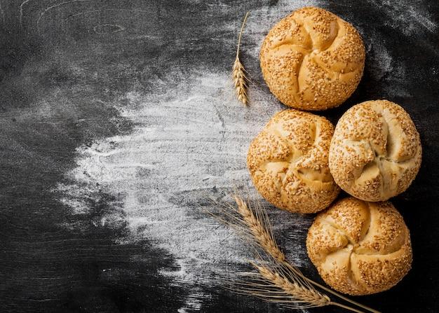 Deliciosos pães com gergelim e farinha