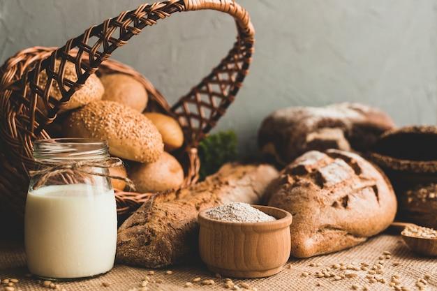 Deliciosos pães cozidos na composição