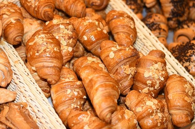 Deliciosos pãezinhos, croissants, bolos e pão na cesta
