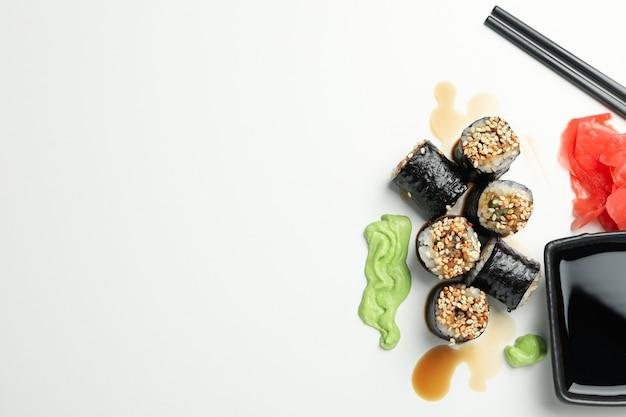 Deliciosos pãezinhos de sushi, molhos e pauzinhos