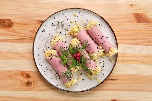 Deliciosos pãezinhos feitos de presunto recheado com queijo, alho e maionese