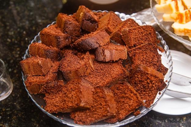 Deliciosos pedaços de bolo de chocolate tradicional