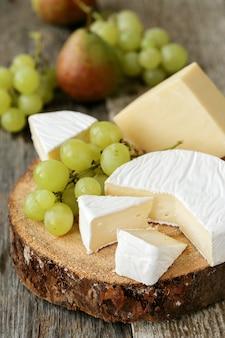 Deliciosos pedaços de queijo e frutas