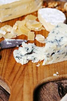 Deliciosos pedaços de tábua de madeira de queijo