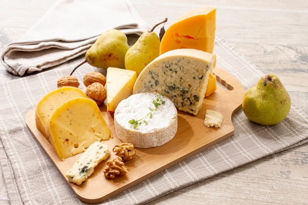 Deliciosos petiscos de queijo em uma mesa