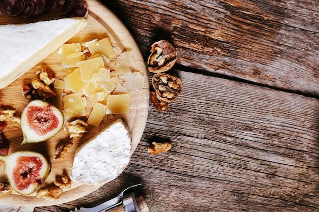 Deliciosos petiscos em tábua de madeira